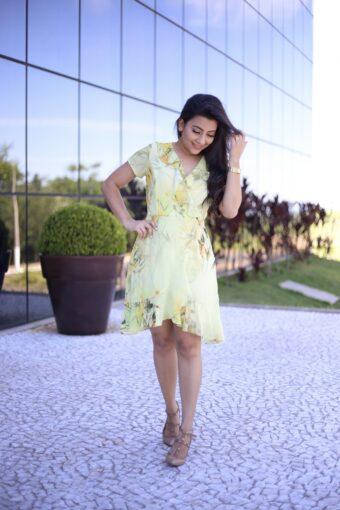 Vestido floral em look com bolsa e sapato nude - Áquila Tauheny Store - Moda evangélica