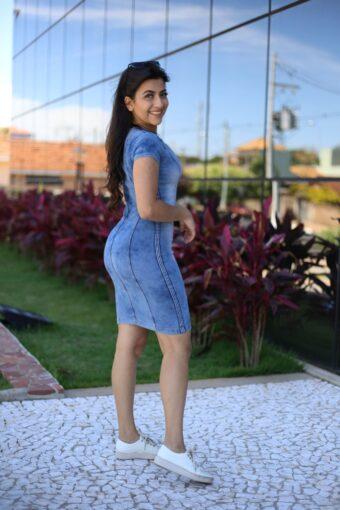 Vestido jeans com tênis - Áquila Tauheny Store - Moda Evangélica
