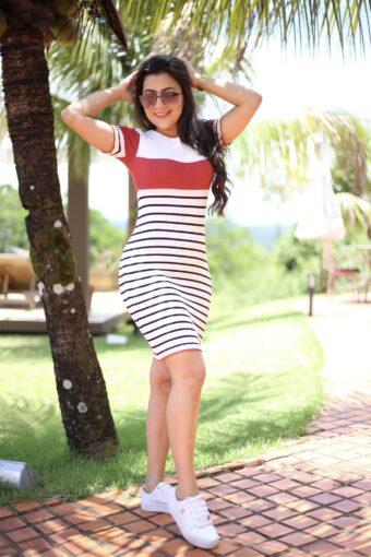 Vestido Tricot Gabriela (vestido branco listrado de preto e com faixa vermelha) Moda Evangélica